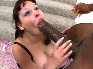 Elle s'administre ce chibre de 35 cm au fond du cul !!