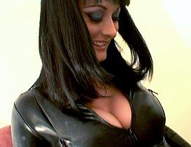 Cuir et sodomisation à sec pour la belle Melissa Lauren !