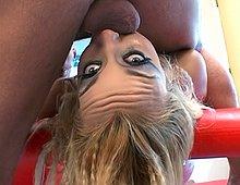 Docile, cette poupée gonflable blonde vous fait la totale ! Xvideos