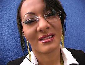 Elle offre ses fesses contre un emploi !