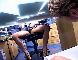 Les 2 associés forment la secretaire aux dessous de table !