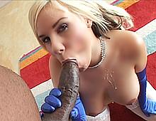 Jolie blondinette baisée par un black chaud
