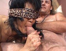 Fellation les yeux bandés et baise hard