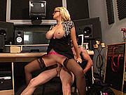 une blonde à gros seins comme secretaire particulière