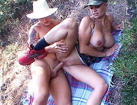 Salope déguisée en soldat se fait culbuter en pleine forêt.