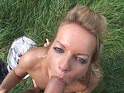 Baisée sur la pelouse du jardin !
