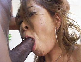Asiat limée par une grosse bite de black.