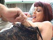 Mamie se fait plaisir avec un mec bien foutu