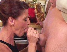 Je baise ma patronne dans sa cuisine
