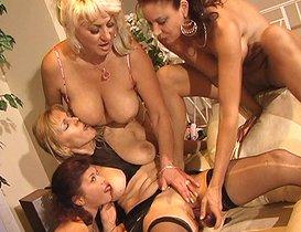 Petite tea party entre quatre lesbos expérimentées !
